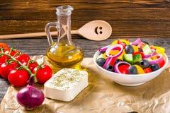 Grecka sałatka, ekstra dziewiczy oliwa z oliwek, feta ser Zdjęcia Stock