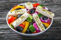 Grecka sałatka, ekstra dziewiczy oliwa z oliwek, odgórny widok Zdjęcia Royalty Free