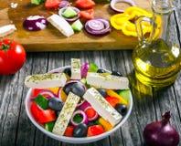 Grecka sałatka, ekstra dziewiczy oliwa z oliwek, odgórny widok Obrazy Royalty Free
