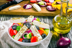 Grecka sałatka, ekstra dziewiczy oliwa z oliwek, odgórny widok Obraz Stock