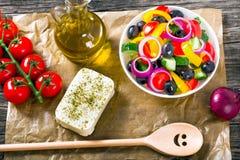 Grecka sałatka, ekstra dziewiczy oliwa z oliwek, odgórny widok Zdjęcia Stock