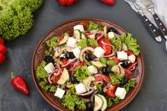 Grecka sałatka lokalizuje na talerzu na ciemnym tle Zdjęcie Royalty Free