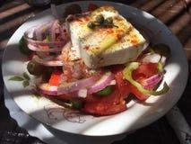 Grecka sałatka z feta serem, czerwone cebule, pomidory, oregano, ekstra dziewiczy olej Obraz Stock