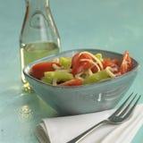 Grecka sałatka z pomidorami i zielonymi dzwonkowymi pieprzami, butelka oliwa z oliwek w tle Obraz Royalty Free