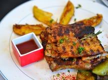 Grecka wieprzowina piec na grillu przy lokalną restauracją obraz royalty free