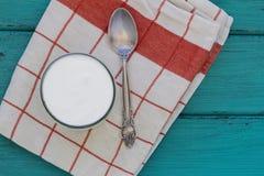 Grecki jogurt na rocznika drewna tle Zdjęcie Royalty Free