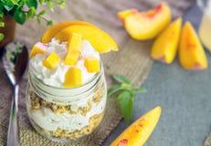 Grecki jogurt z granola i brzoskwinią zdjęcia stock