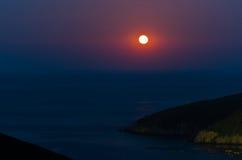 Grecki morza śródziemnomorskiego wybrzeże przy zmierzchem pod księżyc w pełni w Macedonia Zdjęcia Royalty Free