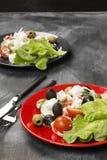 Grecki sałatkowy feta, czereśniowi pomidory, oliwki, ogórki na ciemnym b zdjęcia stock