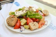 grecki tablicach sałatkę Zdjęcia Royalty Free