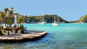 Grecki wyspy wybrzeże, jachtu błękita laguna zdjęcie stock