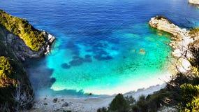 Greckie wyspy, Denne falezy, wybrzeże krajobraz, Wyrzucać na brzeg zdjęcie stock