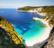 Greckie wyspy, Denne falezy, wybrzeże krajobraz, Wyrzucać na brzeg obraz royalty free