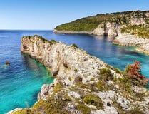 Greckie wyspy, Denne falezy, wybrzeże krajobraz, Wyrzucać na brzeg obrazy stock
