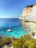 Greckie wyspy, Denne falezy, wybrzeże krajobraz, Wyrzucać na brzeg zdjęcie royalty free