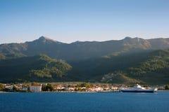 Greckiej wyspy nabrzeżny krajobraz z promem Fotografia Stock