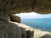 greco σπηλιών ακρωτηρίων κοντά στη θάλασσα Στοκ Εικόνα