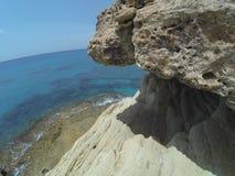 greco σπηλιών ακρωτηρίων κοντά στη θάλασσα Στοκ Φωτογραφία