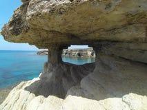 greco σπηλιών ακρωτηρίων κοντά στη θάλασσα Στοκ φωτογραφίες με δικαίωμα ελεύθερης χρήσης
