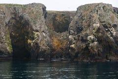 greco σπηλιών ακρωτηρίων κοντά στη θάλασσα Στοκ Εικόνες