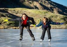 Gredos Spanien 12-January-2019 Koppla ihop skridskoåkningen utomhus på en djupfryst sjö under en älskvärd solig vinterdag, Spanie royaltyfri bild