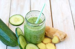 从gree黄瓜和姜的健康新圆滑的人饮料 库存照片