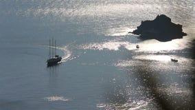 greece santorini Ett tappningseglingskepp seglar till och med den Santorini calderaen på solnedgången stock video