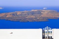 greece santorini som visar vulkan Arkivfoton
