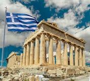 Greeece de Atenas do Partenon e ondulação grega da bandeira fotografia de stock