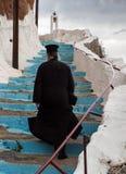 Greek-Orthodox präst på trappa Arkivfoto