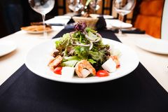 Greek salad with shrimp Royalty Free Stock Images