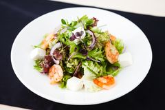 Greek salad with shrimp Royalty Free Stock Photography