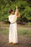 Greel kobiety odprowadzenie w ogródzie Fotografia Stock