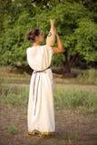 Greel kvinna som går i trädgården Arkivbild