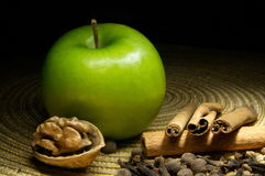 Green apple and cinnamon Royalty Free Stock Photos