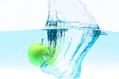 Green apple under water splashing Royalty Free Stock Photography