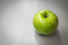 Green apple with waterdrops Royalty Free Stock Photos