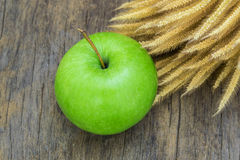 Green  Apple  on  wood background Royalty Free Stock Photos