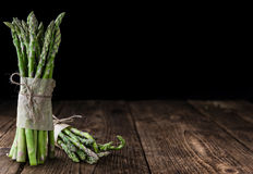 Green Asparagus (close-up shot) on wood Royalty Free Stock Photography