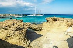 Green Bayen och vaggar stränder är i Protaras cyprus royaltyfria bilder