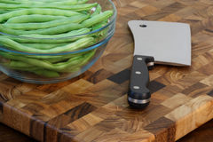 Green beans and cleaver on cuttingboard Royalty Free Stock Image