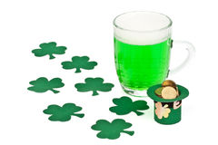 Green beer, shamrock and Leprechaun hat with coins Stock Photography