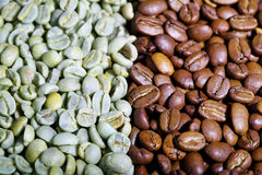 Green and black coffee beans Royalty Free Stock Images