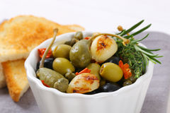 Green and black olives with garlic Royalty Free Stock Photos