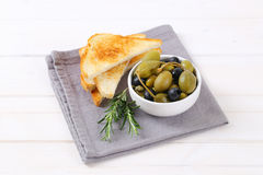 Green and black olives with toasts Royalty Free Stock Images