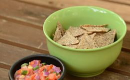 Green bowl of chips and salsa Stock Photography
