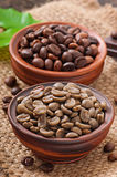 Green and brown coffee beans Royalty Free Stock Photos