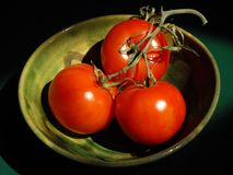 Bowl of Tomatoes off the Vine Royalty Free Stock Photos