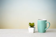 Green coffee cup on sack tablecloth over green cement wall backg Royalty Free Stock Photos