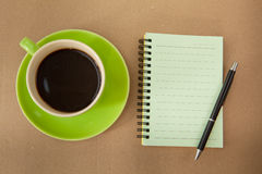 Green cup and note paper Royalty Free Stock Photos